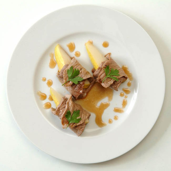 Veal rump with brandy flavored pears