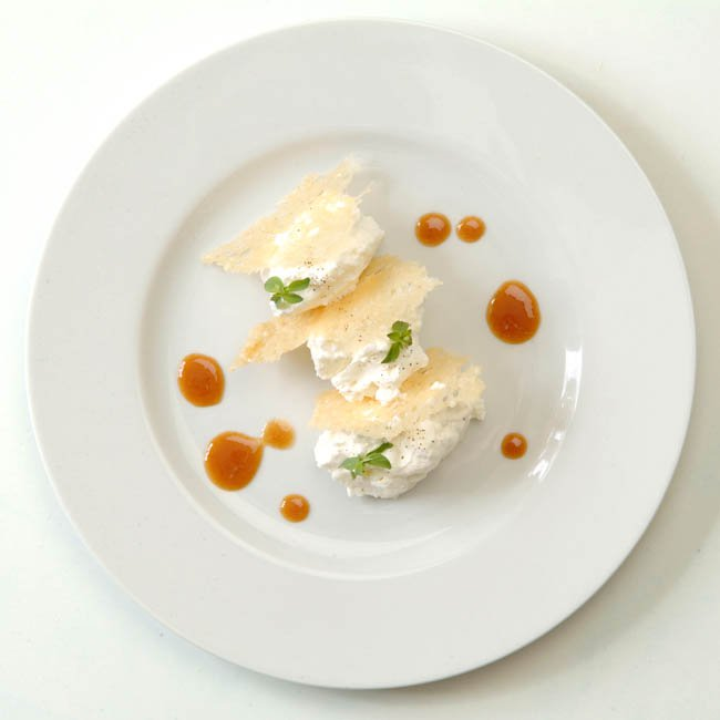 Mousse di parmigiano e pere Max Red Bartlett in salsa di caramello