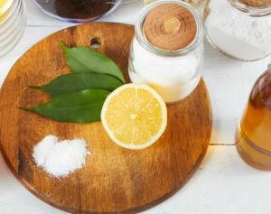 Prodotti su di un tavolo per disinfettare la frutta