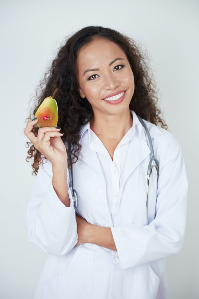 Dottoressa con una pera Opera tra le mani