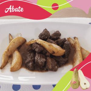 Piatto con spezzatino di carne con pere Abate