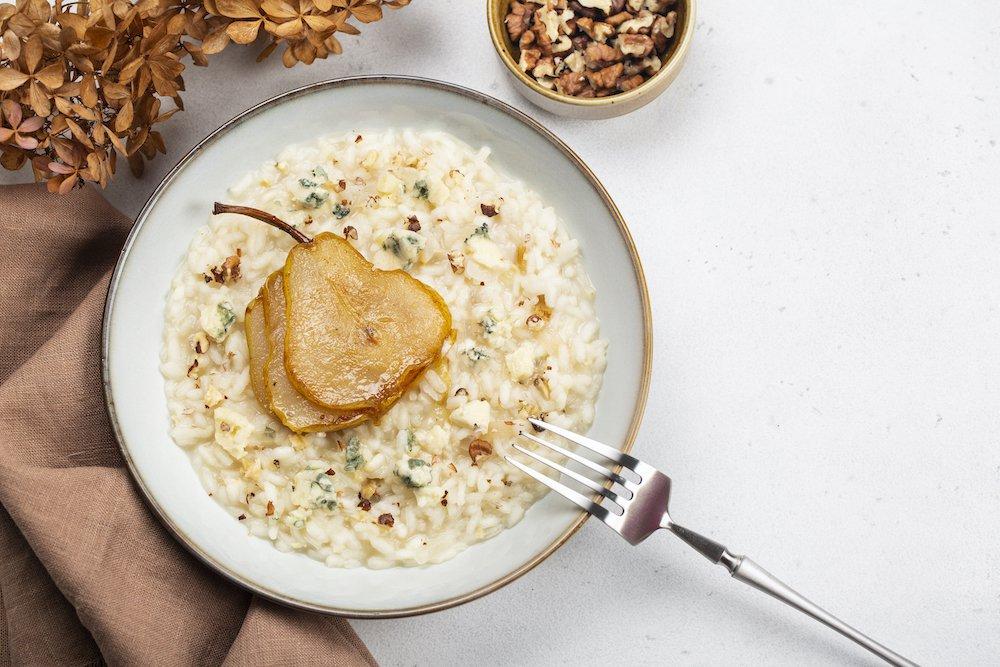 Piatto con risotto alle pere e formaggio