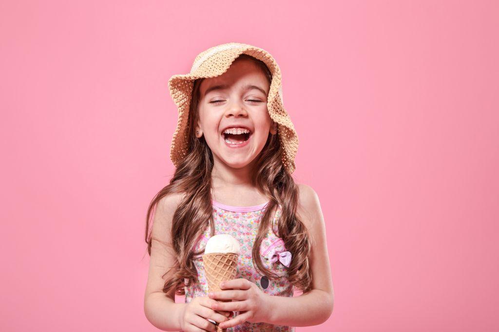 Bambina sorridente con gelato in mano