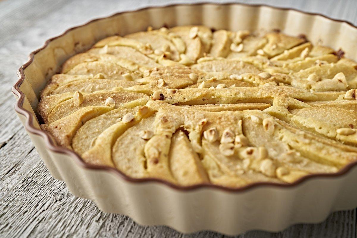sStampo da forno contenente torta alle pere senza uova